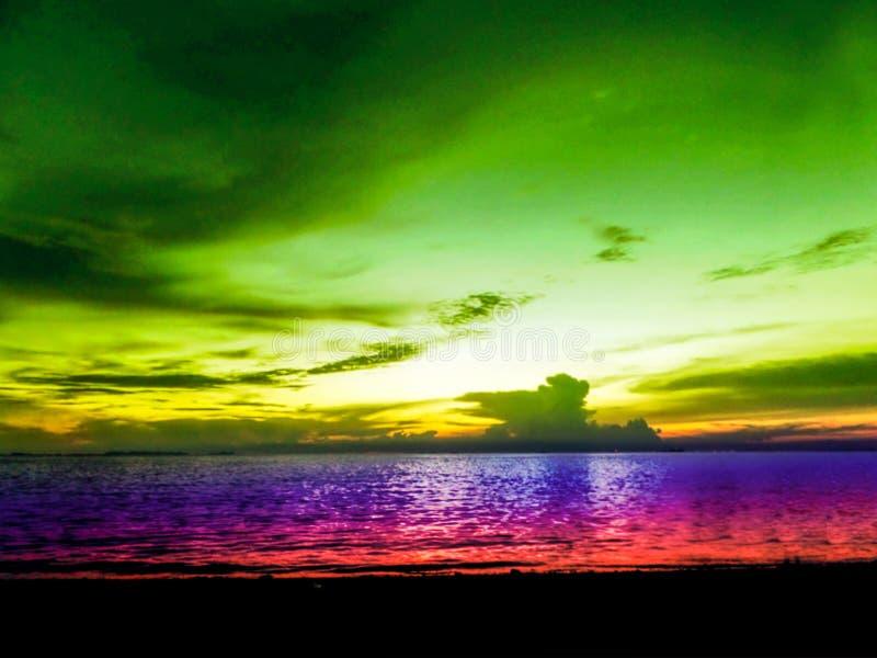 kleurrijke hemel van de onduidelijk beeld de laatste lichte zonsondergang en de oceaan royalty-vrije stock afbeeldingen