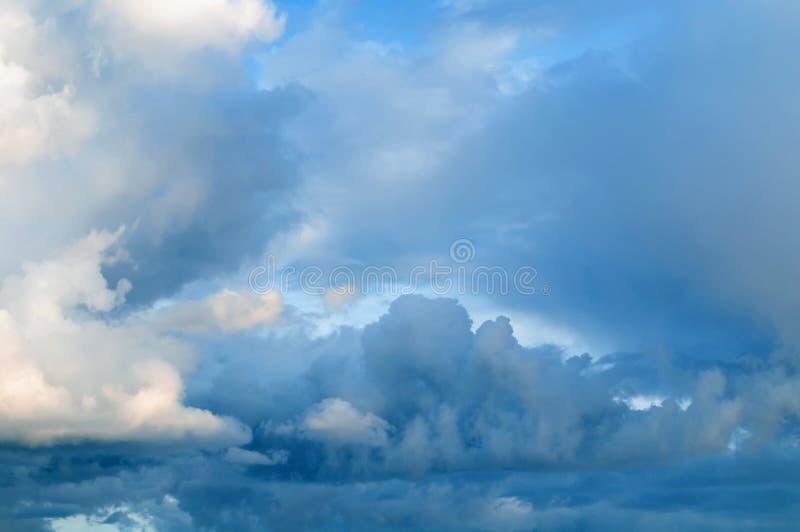 Kleurrijke hemelachtergrond - dramatische stormachtige wolken in de avond hemel stock foto's