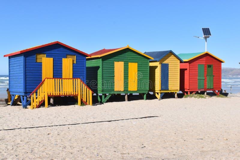 Kleurrijke het baden cabines op het strand in Muizenberg in Cape Town, Zuid-Afrika stock afbeeldingen