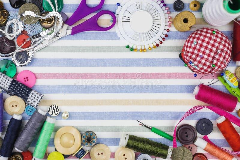 Kleurrijke het maken voorwerpen op een stoffenachtergrond stock afbeeldingen