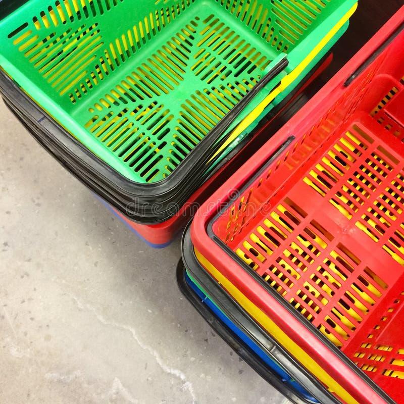 Kleurrijke het winkelen manden stock fotografie