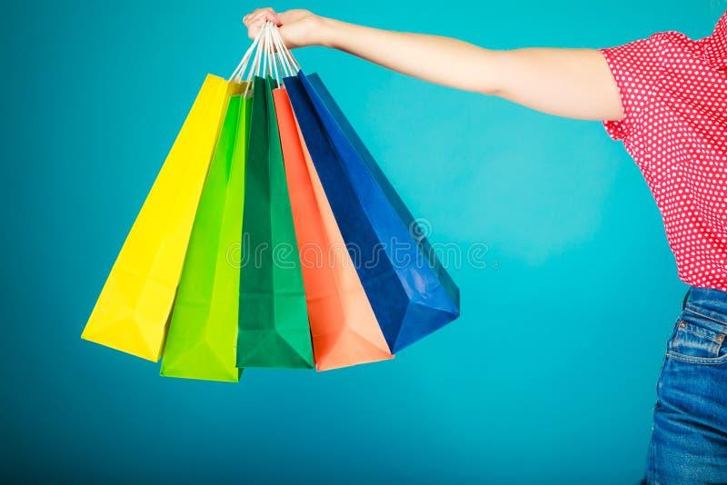 Kleurrijke het winkelen zakken in vrouwelijke hand Verkoopkleinhandel royalty-vrije stock foto's