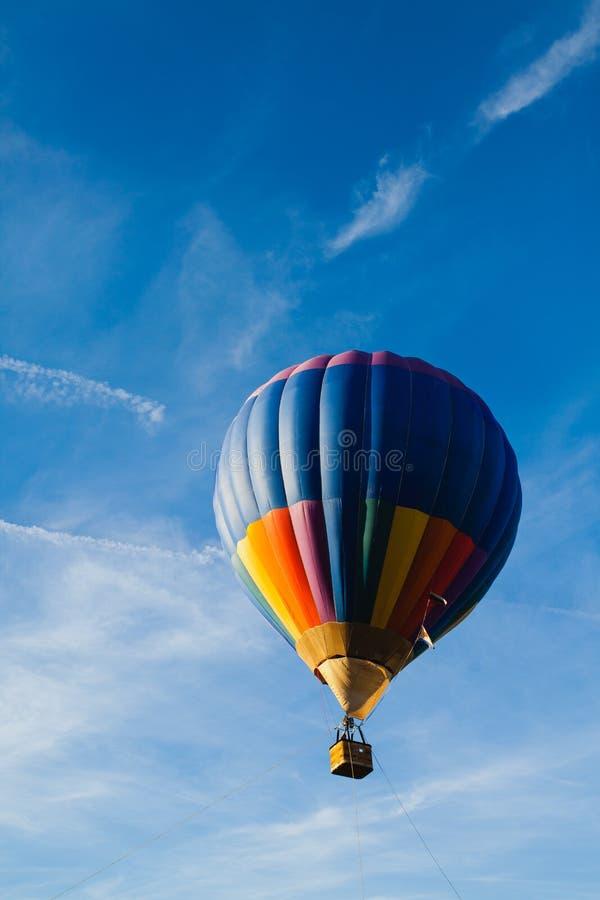 Kleurrijke hete luchtballon in blauwe hemel royalty-vrije stock afbeelding