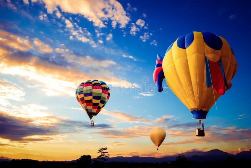 Kleurrijke hete luchtballon over berg op hemelzonsondergang royalty-vrije stock afbeeldingen