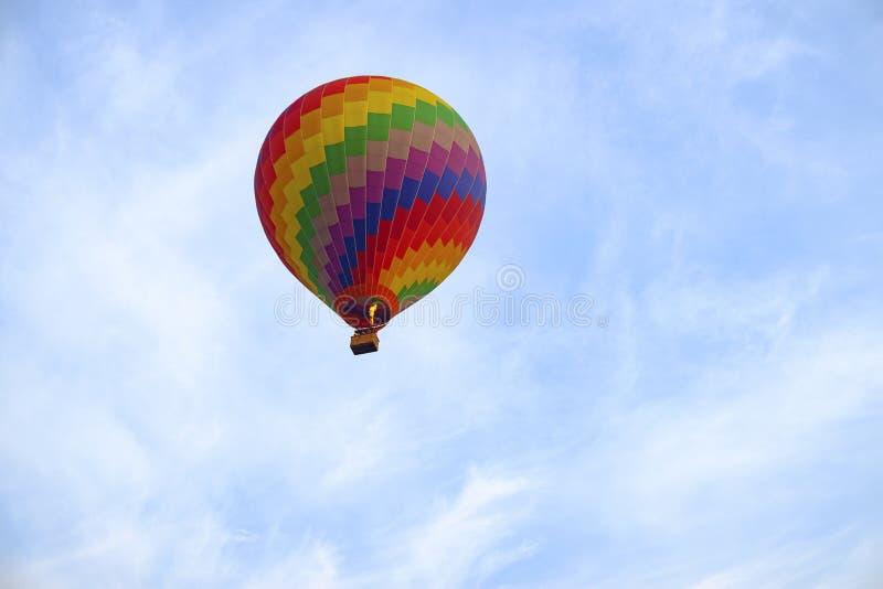 Kleurrijke hete luchtballon tijdens de vlucht royalty-vrije stock foto's