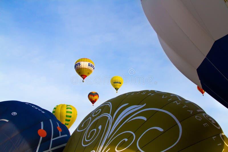 Kleurrijke hete luchtballons die, 6 januari 2015 Mondovì Italië vliegen royalty-vrije stock afbeeldingen