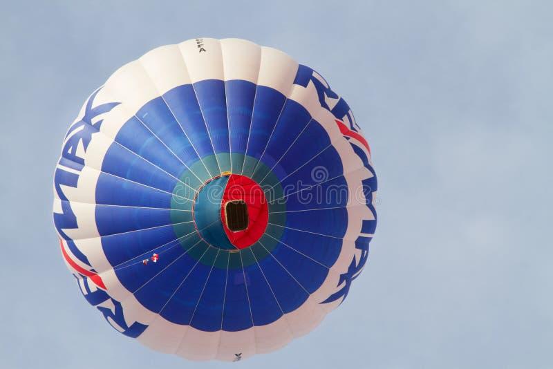 Kleurrijke hete luchtballons die, 6 januari 2015 Mondovì Italië vliegen royalty-vrije stock afbeelding