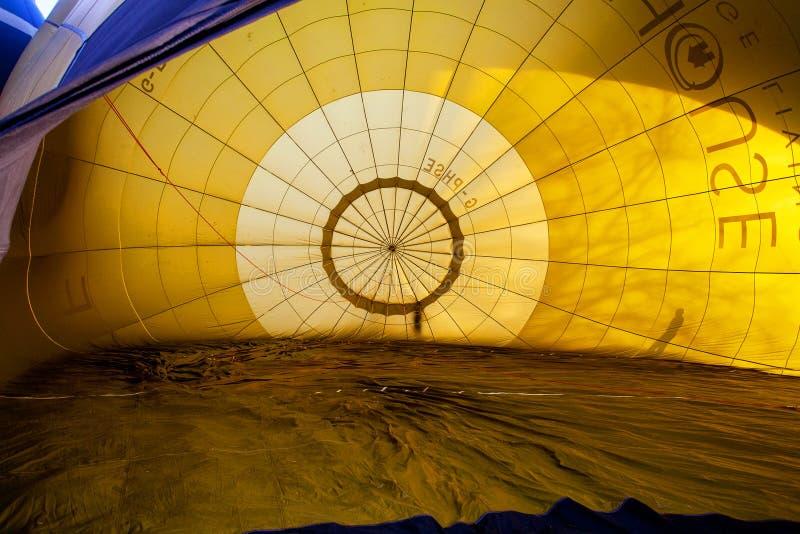 Kleurrijke hete luchtballons die, 6 januari 2015 Mondovì Italië vliegen stock foto's