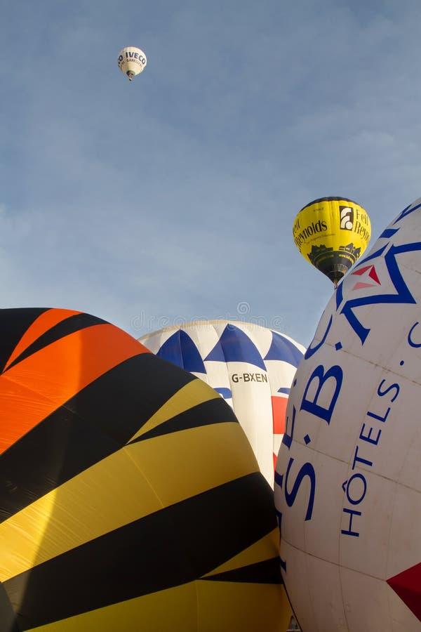 Kleurrijke hete luchtballons die, 6 januari 2015 Mondovì Italië vliegen royalty-vrije stock foto's