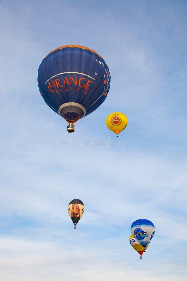 Kleurrijke hete luchtballons die, 6 januari 2015 Mondovì Italië vliegen stock afbeelding
