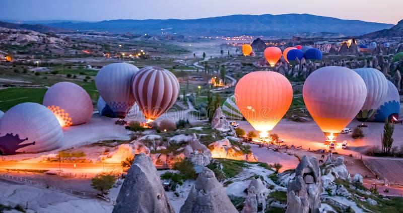 Kleurrijke hete luchtballons vóór lancering in het nationale park van Goreme, Cappadocia, Turkije stock afbeeldingen