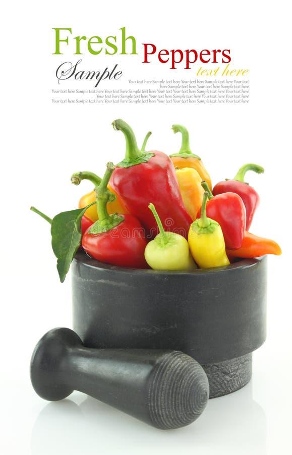 Kleurrijke hete minispaanse peperpeper in mortier royalty-vrije stock afbeelding