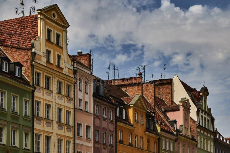 Kleurrijke historische gebouwen met dramatische hemel in Wroclaw, Polen royalty-vrije stock fotografie