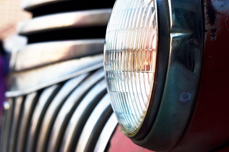 Kleurrijke hoofd lichte uitstekende auto op donkere toon royalty-vrije stock afbeelding
