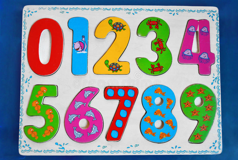 Kleurrijke houten aantallen voor jonge geitjes stock afbeelding