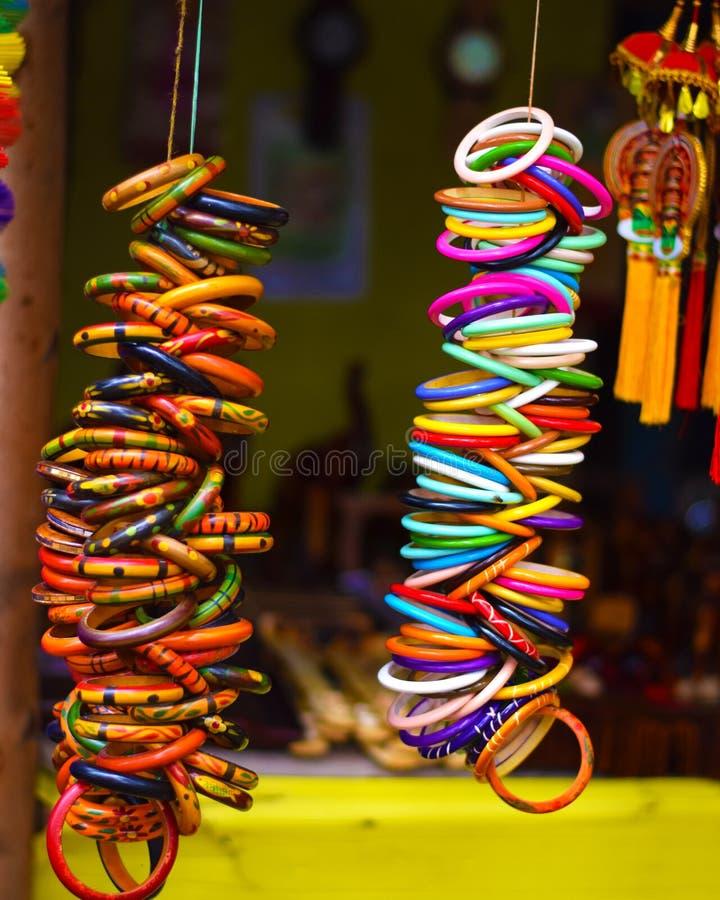 Kleurrijke houten armbanden met het kunstwerk royalty-vrije stock foto's