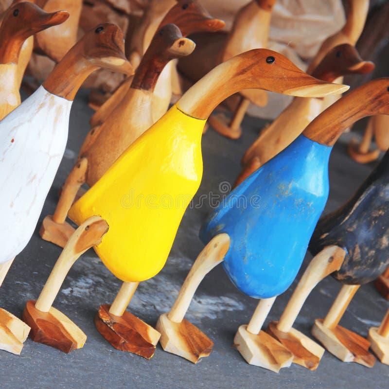 Kleurrijke houten beeldjes van eenden, selectieve Nadruk royalty-vrije stock afbeeldingen
