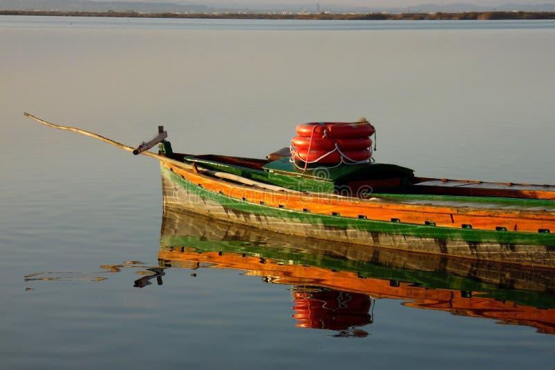Kleurrijke houten boot in Albufera-lagune van Valencia Meer in Spanje stock afbeelding