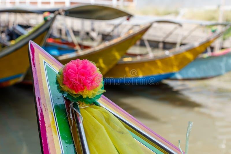 Kleurrijke houten boten bij het Drijven van Damnoen Saduak Markt Bangkok, Thailand stock foto's