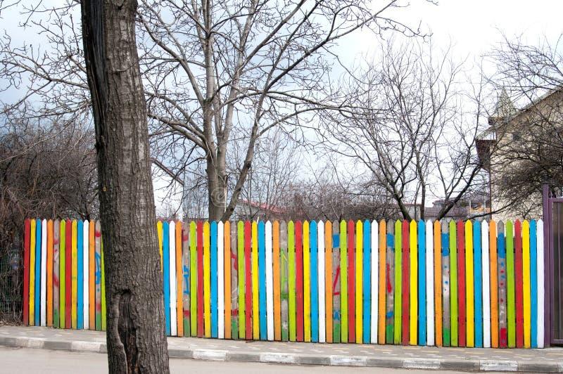 Kleurrijke houten omheining stock foto's