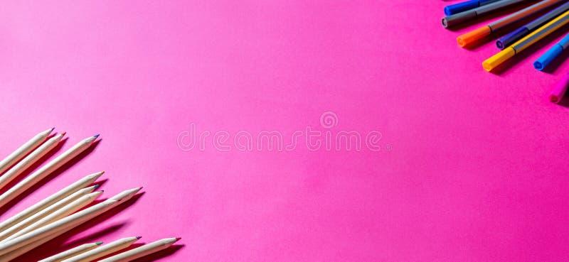 Kleurrijke houten potloden en tellers voor kunst en ontwerpschool stock foto