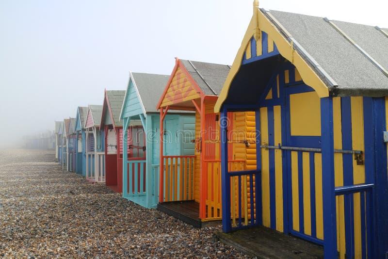 Kleurrijke Houten Strandhutten op de Mistige Dag stock foto's