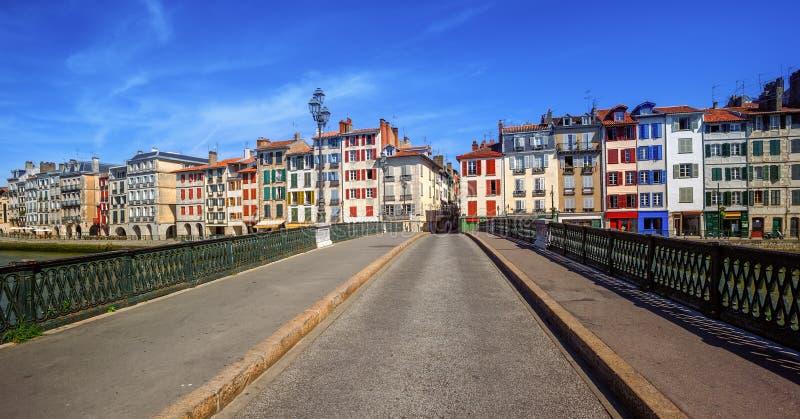 Kleurrijke huizen in Bayonne, Baskisch Land, Frankrijk stock foto