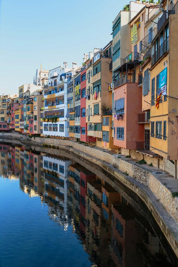 Kleurrijke huizen bij rivier Onyar in Girona, Catalonië Spanje royalty-vrije stock foto