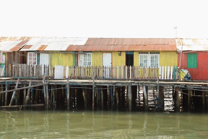 Kleurrijke huizen boven overzees royalty-vrije stock foto's