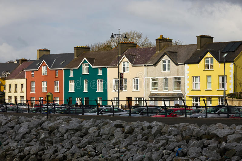Kleurrijke huizen Bundelstraat dingle ierland stock fotografie
