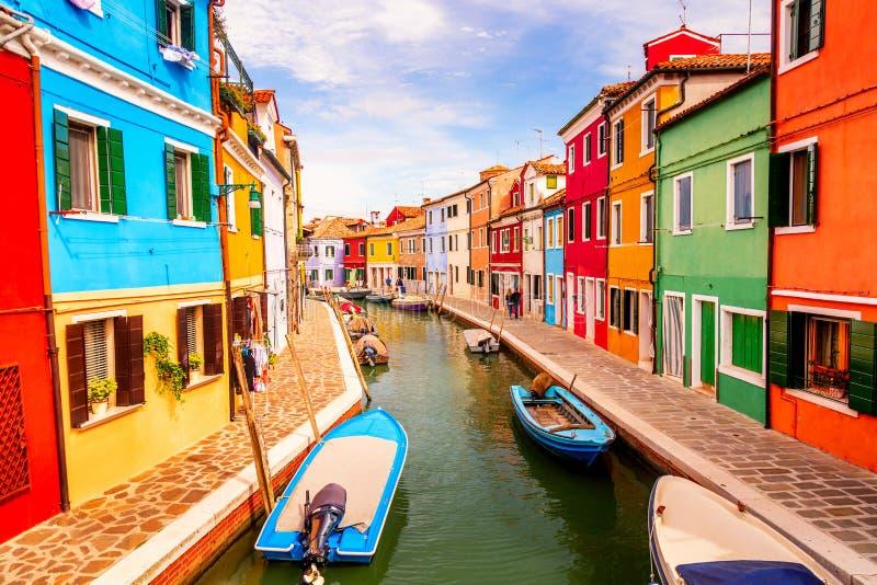Kleurrijke huizen in Burano dichtbij Venetië, Italië met boten, kanaal en toeristen Beroemde toeristische attractie in Veneti? stock foto