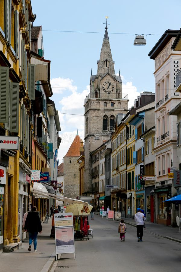 Kleurrijke huizen in de stad en kerktoren royalty-vrije stock fotografie