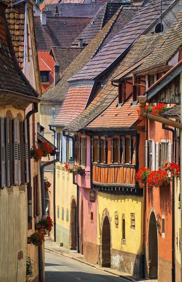 Kleurrijke huizen in een straat in alcaciandorp door Colmar, Alsac royalty-vrije stock fotografie