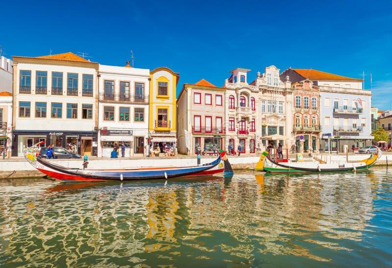 Kleurrijke huizen en boten in een kleine die stad ook als Portugees Venetië wordt bekend stock afbeelding