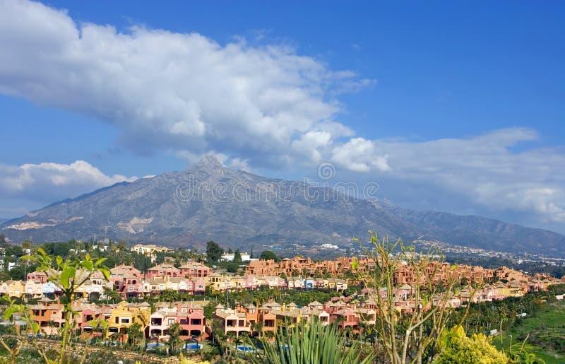Kleurrijke huizen en huizen bij de voet van de berg van Laconcha stock foto's