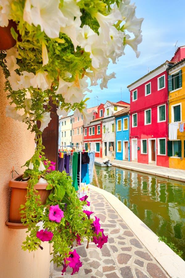 Kleurrijke huizen en kanalen op het Eiland Burano dichtbij Venetië stock foto