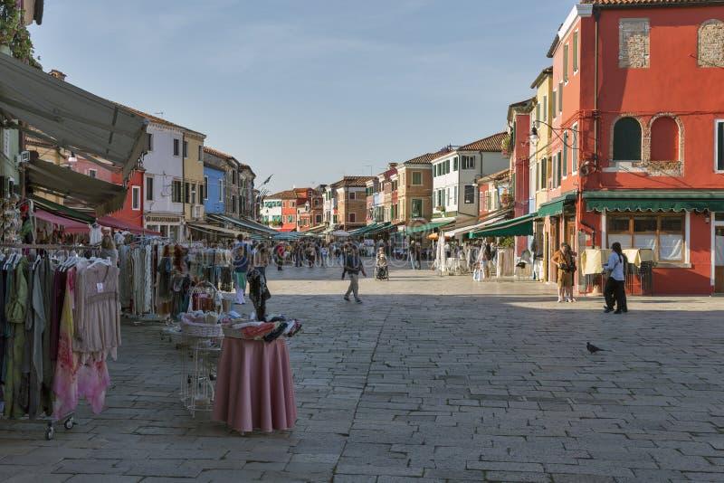 Kleurrijke huizen en straten met herinneringswinkel in Burano, Italië stock afbeeldingen