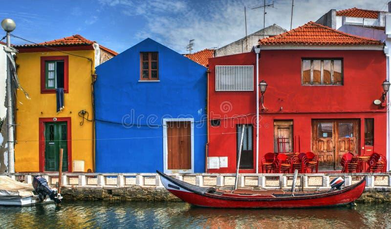 Kleurrijke huizen en typische boten in Aveiro stock foto