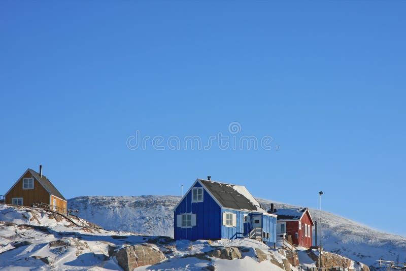 Kleurrijke huizen in klein Greenlandic dorp royalty-vrije stock foto's