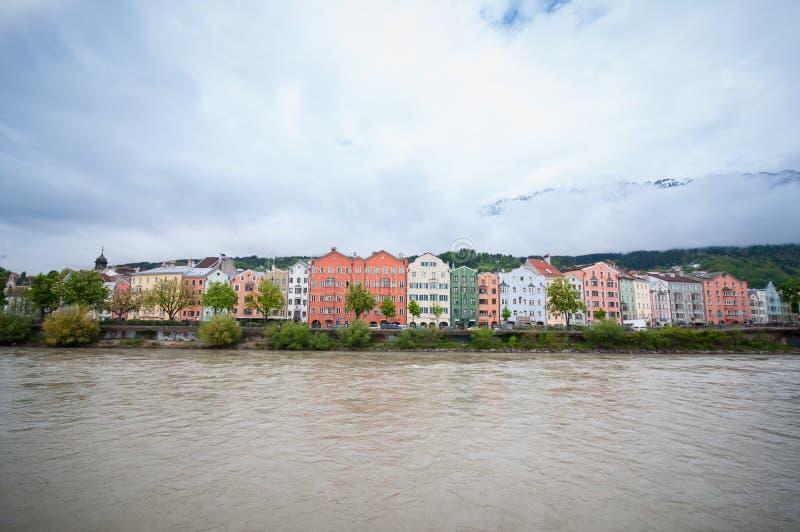 Kleurrijke huizen langs de van de rivierarchitectuur en aard achtergrond in Innsbruck, Oostenrijk stock afbeelding