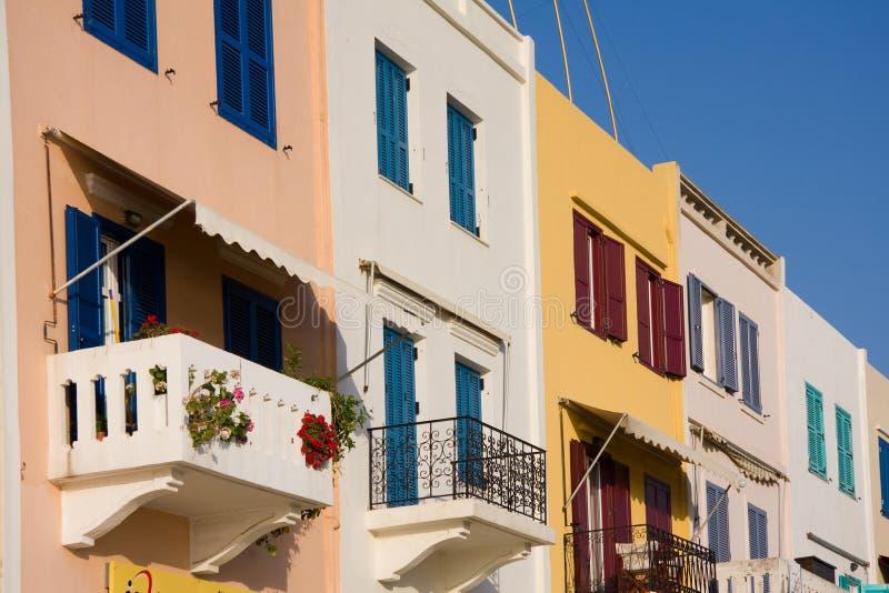 Kleurrijke huizen met balkons stock foto's