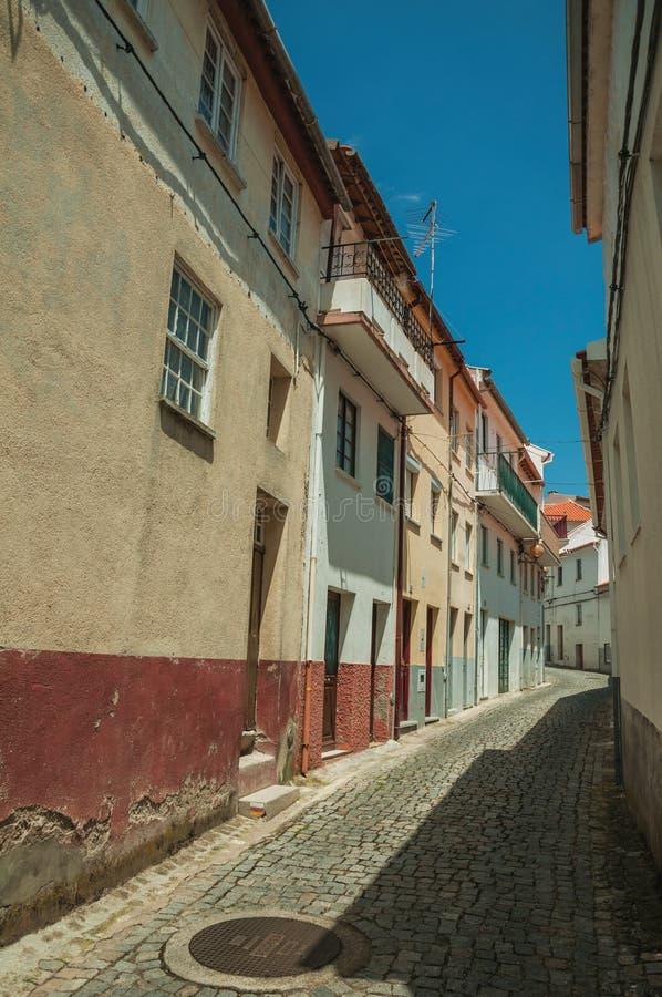 Kleurrijke huizen met houten deur op verlaten steeg stock foto's