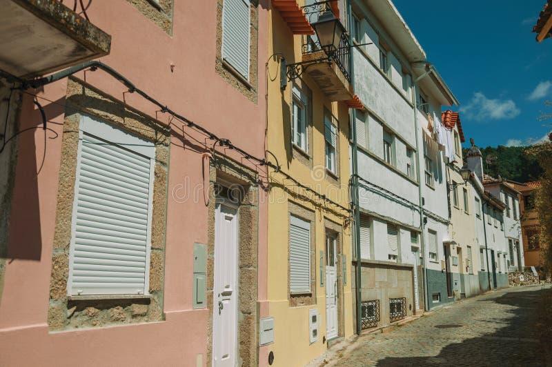 Kleurrijke huizen met openbare lamp op verlaten steeg royalty-vrije stock afbeelding