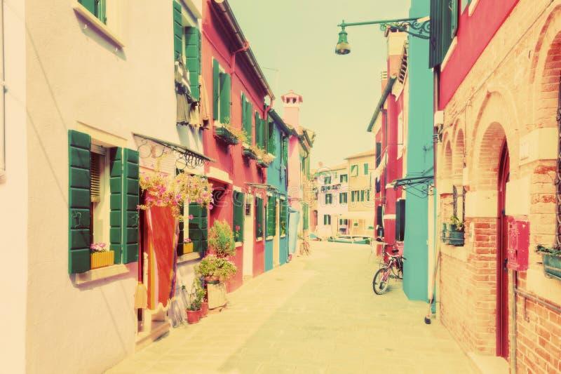 Kleurrijke huizen op Burano, dichtbij Venetië, Italië wijnoogst stock afbeelding