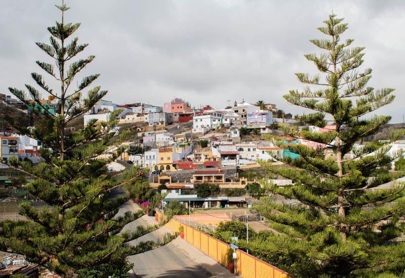 Kleurrijke huizen op de heuvel stock foto's