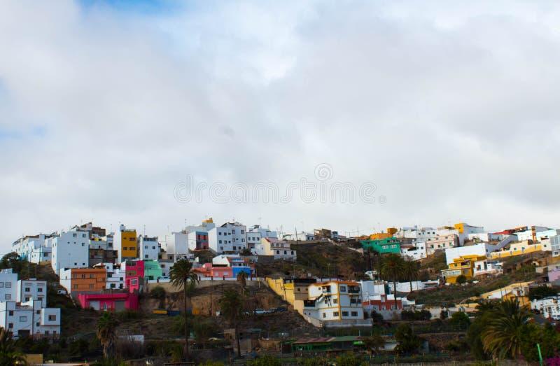 Kleurrijke huizen op de heuvel royalty-vrije stock foto