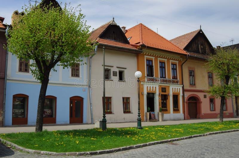 Kleurrijke huizen op de Hoofdstraat van Kezmarok, Slowakije, een sma stock foto's