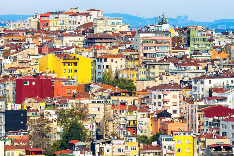 Kleurrijke huizen op een helling in Istanboel stock afbeeldingen