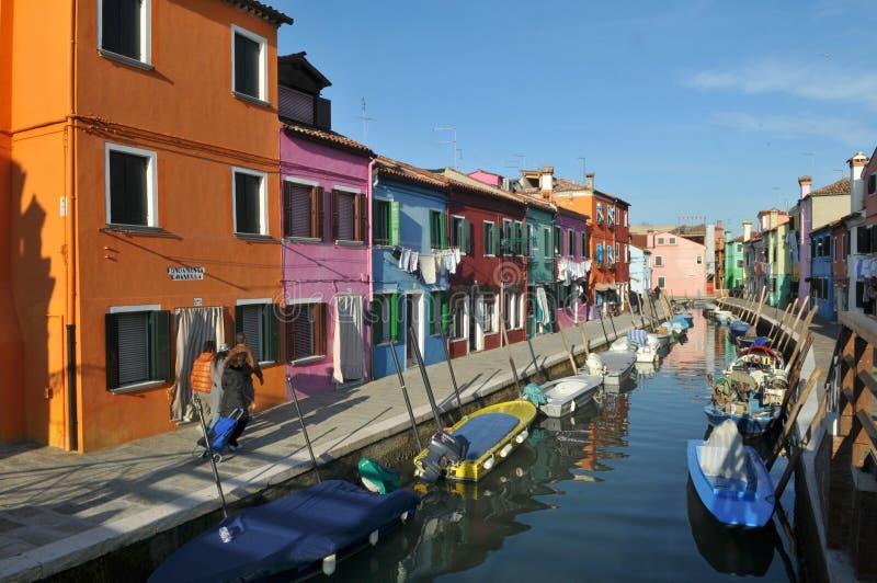 Kleurrijke huizen op het Eiland Burano, Italië stock afbeeldingen