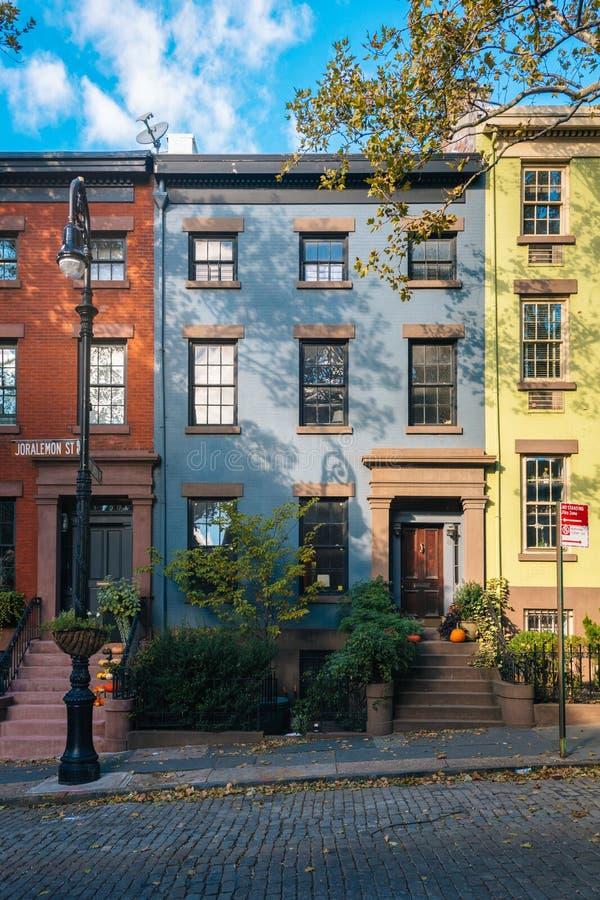 Kleurrijke huizen op Joralemon-Straat, in de Hoogten van Brooklyn, de Stad van New York stock foto's